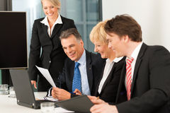 Commercio - riunione della squadra in un ufficio Immagine Stock Libera da Diritti