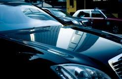 Commerical byggnad reflekterad på bilen Fotografering för Bildbyråer