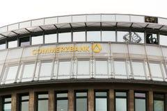 Commerzbank AG bankowość i pieniężnych usługa firmy logo na gałęziastym budynku Obrazy Stock