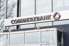 Commerzbank AG bankowość i pieniężnych usługa firmy logo na gałęziastym budynku Zdjęcie Stock