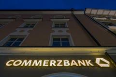 Commerzbank en la noche imagen de archivo