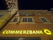 Commerzbank en la noche foto de archivo libre de regalías