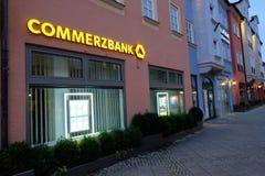 Commerzbank på natten Arkivfoton