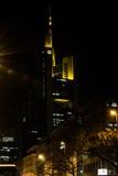 Commerzbank si eleva vicino sulle luci notturne della costruzione dell'architettura Fotografia Stock Libera da Diritti