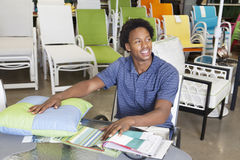 Commesso afroamericano maschio che lavora nel deposito di mobili da giardino Fotografie Stock Libere da Diritti