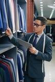 Commesso dell'abbigliamento maschile fotografia stock libera da diritti