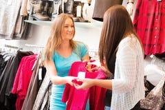 Commesso Talking To Customers Fotografia Stock