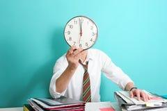 Commis de bureau avec l'horloge Photographie stock