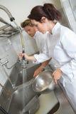 Commis de cuisine lavant des plats photos libres de droits