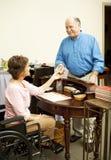 Commis de magasin dans le fauteuil roulant photographie stock libre de droits