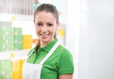 Commis féminin de ventes travaillant au supermarché images libres de droits