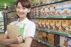 Commis féminin Working de ventes dans un supermarché images stock