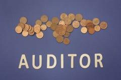 Commissaire aux comptes écrit avec les lettres en bois sur un fond bleu photos libres de droits