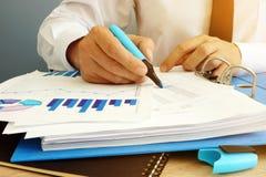 Commissaire aux comptes vérifiant le rapport financier Concept d'audit images libres de droits