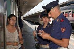 Commissariato di polizia di attività; Controlli i documenti giustificativi ad un immigrato Fotografia Stock