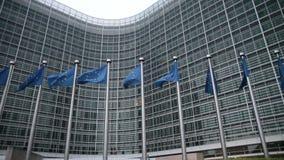 Commission européenne avec des drapeaux d'UE banque de vidéos