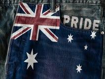 Commonwealth de drapeau de l'Australie avec le mot de fierté sur le jea bleu de denim photo stock