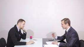 Commovente contattici concetto sullo schermo visivo Uomo d'affari che preme tasto video d archivio
