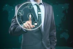 Commovente contattici concetto sullo schermo visivo Uomo d'affari che preme tasto immagine stock libera da diritti