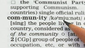 Communautaire woordbetekenis in woordenboek, de mensenmaatschappij in land, sociale media stock videobeelden