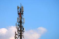 Communicatie antennes tegen blauwe hemel Royalty-vrije Stock Foto's