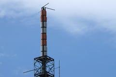 Communicatie antennes tegen blauwe hemel Stock Afbeelding