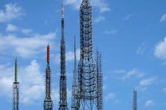 Communicatie antennes tegen blauwe hemel Royalty-vrije Stock Afbeeldingen