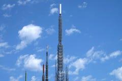 Communicatie antennes tegen blauwe hemel Stock Afbeeldingen