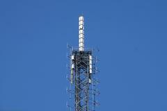Communicatie antennes tegen blauwe hemel Stock Fotografie