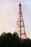 Communicatie antennetoren met de hemel Stock Foto