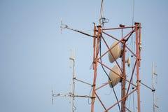 Communicatie post met zo vele frequentie radioantennes stock fotografie