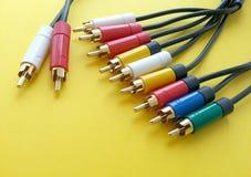 Communicatie rca audio videokabel op een gele achtergrond stock afbeeldingen