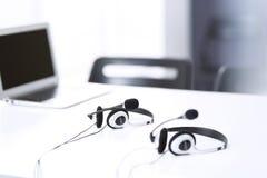 Communicatie steun, call centre en klantenservicehelpdesk op leeg kantoor zonder exploitanten royalty-vrije stock foto