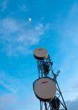 Communicatie toren die tot het begin toeneemt Stock Foto's