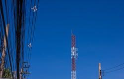 Communicatie toren en cellphones met blauwe hemel stock afbeeldingen