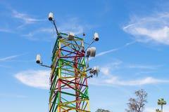 Communicatie toren kleurrijke Blauwe Hemel Stock Afbeeldingen