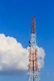 Communicatie toren op blauwe hemel en wolken Stock Foto's