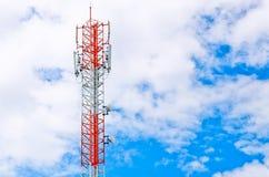 Communicatie toren over een blauwe hemel Stock Foto's