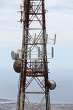 Communicatie toren, tegen het overzees Stock Foto