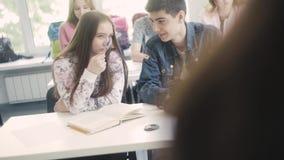 Communicatie tussen adolescenten in de groep stock videobeelden