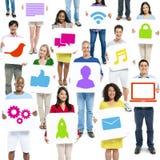 Communicatie van de de Holdingstechnologie van diversiteitsmensen Tekensconcept Royalty-vrije Stock Foto's