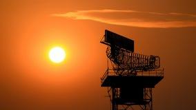 Communicatie van de silhouetradar toren en vliegtuig stock videobeelden