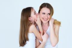 Communicatie van het mammajonge geitje kind die geheim delen royalty-vrije stock afbeelding