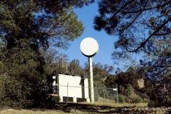 Communicatieapparatuur in Omheining Amid Trees wordt ingesloten dat stock afbeeldingen