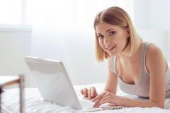 Communication avec des amis sur l'Internet Photo stock