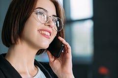 Communication corporate réussie de femme d'affaires images libres de droits
