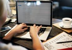 Communication de connexion d'email utilisant l'ordinateur portable Cocnept d'ordinateur image stock