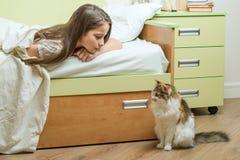 Communication de contact entre l'enfant et l'animal familier Photo libre de droits
