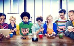 Communication de radio de dispositifs de Digital de personnes photographie stock