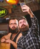 Communication en ligne Smartphone barbu de prise de hippie d'homme Prise du concept de selfie Envoyez le selfie aux r?seaux socia images stock